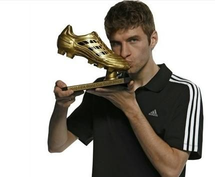 Thomas Muller With The Golden Boot From The 2010 World Cup 3 Thomas Muller Thomas Muller Germany Football