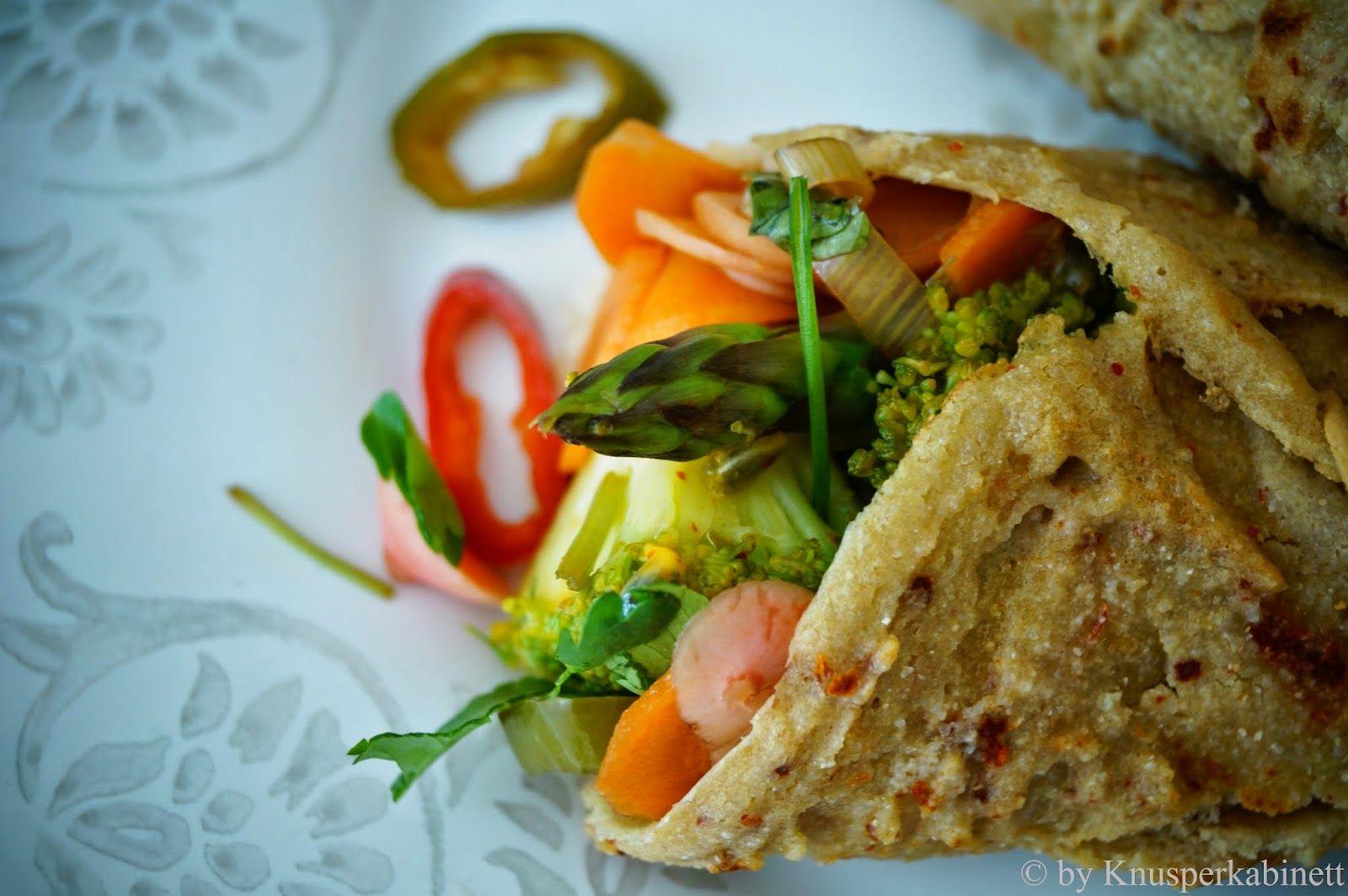 KNUSPERKABINETT: Vegan and gluten-free tortillas of Quinoa with green vegetables and filling Mexican Pickles
