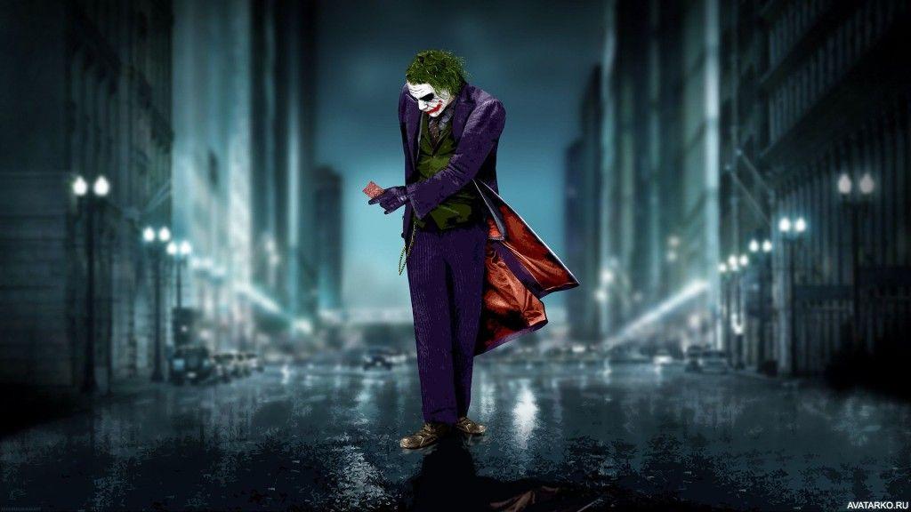 Джокер стоит на дороге с картой в руке — Картинки для ...
