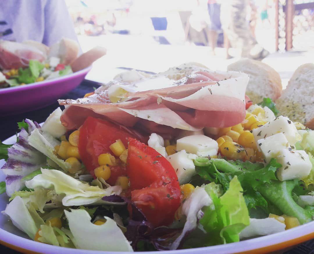 Buon pranzo!!!☀️ Anche un pranzo fuori casa puo' essere sano ed equilibrato!!!🥗 Una bella insalata, ricca, gustosa e colorata per continuare la giornata leggeri e soddisfatti!!!! 🌮🥗