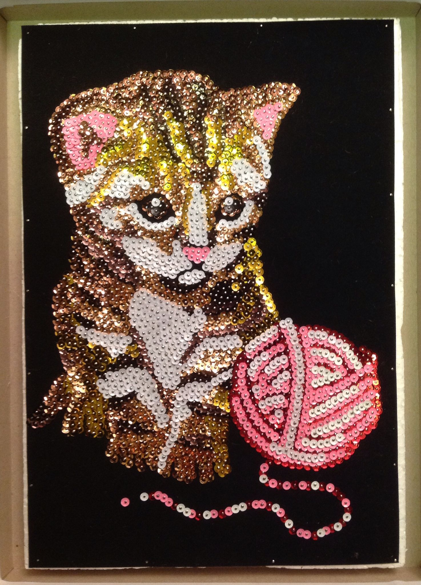 Sequin art kitten with wool tableau avec des paillettes for Tableau en sequin