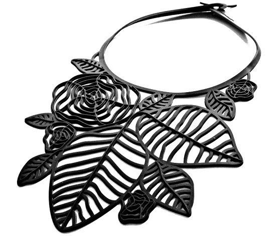 Kaulakoru Rozas on upea, näyttävä mutta moderni koru. Samaan sarjaan löytyvät sopivat ranne- ja korvakorut. Sopivat myös juhlaan! Kumikorut, Design korut, Marzio Fiorini