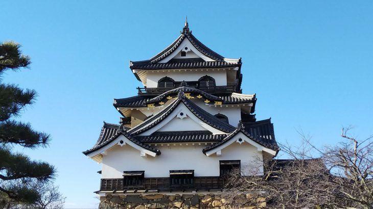 2019年最初のお城は彦根城。お正月にちょっと滋賀県へ行く用事ができてしまったので、そのついでに彦根城へ行くことになりました。お城へ行く日はすごく天気がよくて空気も澄んでいるので空も青くてお城も琵琶湖もとても綺麗で感動でした!彦根城といえば「ひこにゃん」本来の目的は彦根城で100名城のスタンプを押すことですが、私の一番の目的はひこにゃん!ずっとずっとひこにゃんに会いたかったのです。ということで、お城よりひこにゃんに会うこと優先で彦根へ!いつどこに「ひこにゃん」が現れるのかひこにゃん公式サイトで事前に確認することができます。ひこにゃんってファンクラブもあるんですね(笑)彦根城で100名城スタンプ
