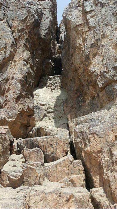 الغار الذي بجبل أحد والذي غسل به رسول الله صلى الله عليه وسلم جراحه بعد غزوة أحد بأبي أنت وأمي يا رسول الل Natural Landmarks Mount Rushmore Landmarks