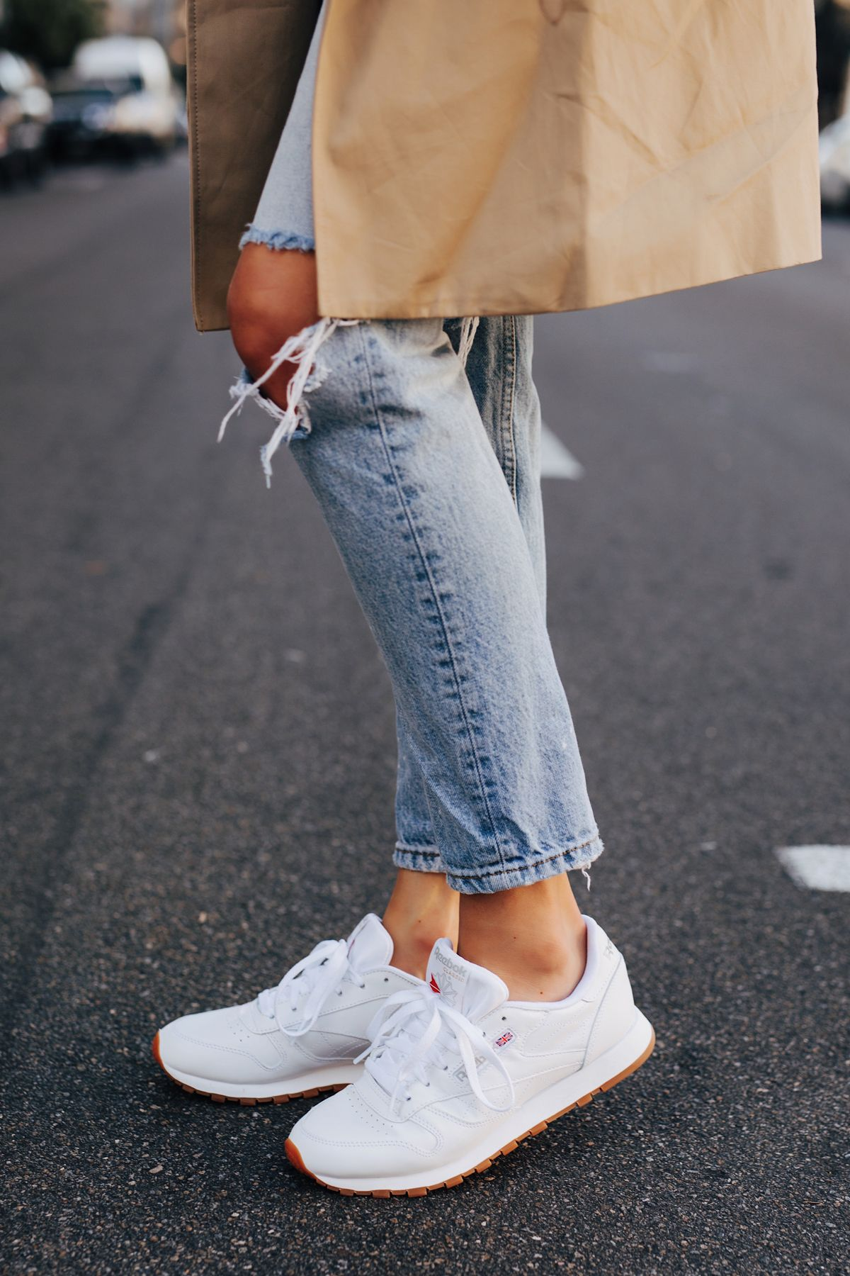 Sotavento Todos de múltiples fines  Fashion Jackson Wearing Ripped Jeans Reebok Classic Leather White Sneakers  3 | Fashion jackson, White sneakers outfit, Sneakers outfit