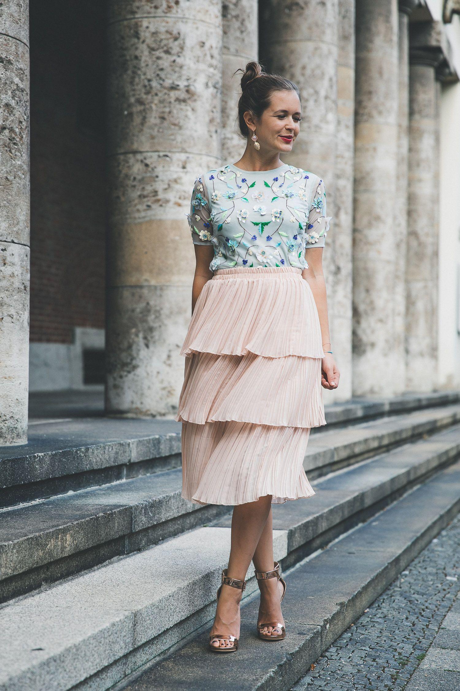 Outfit Tipps Fur Hochzeitsgaste Besticktes Top Plisseerock Josie Loves Outfit Bestickte Tops Plisseerock Hochzeit