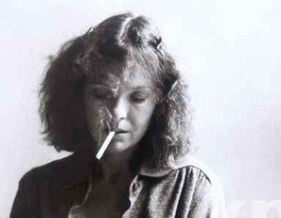 Diane Keaton fuma una sigaretta (o erba)