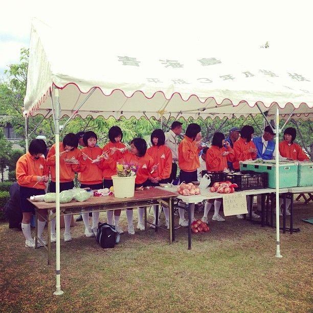 オレンジ色のたまねぎを売るオレンジジャージの軍団 #30jidori instagram.com/p/aUi86ixiFk/