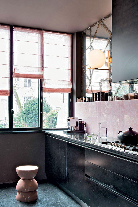 Un Interieur Fantasque Et Colore Drolement Reussi Meubles De Cuisine Noirs Cuisine Noire Mobilier De Salon