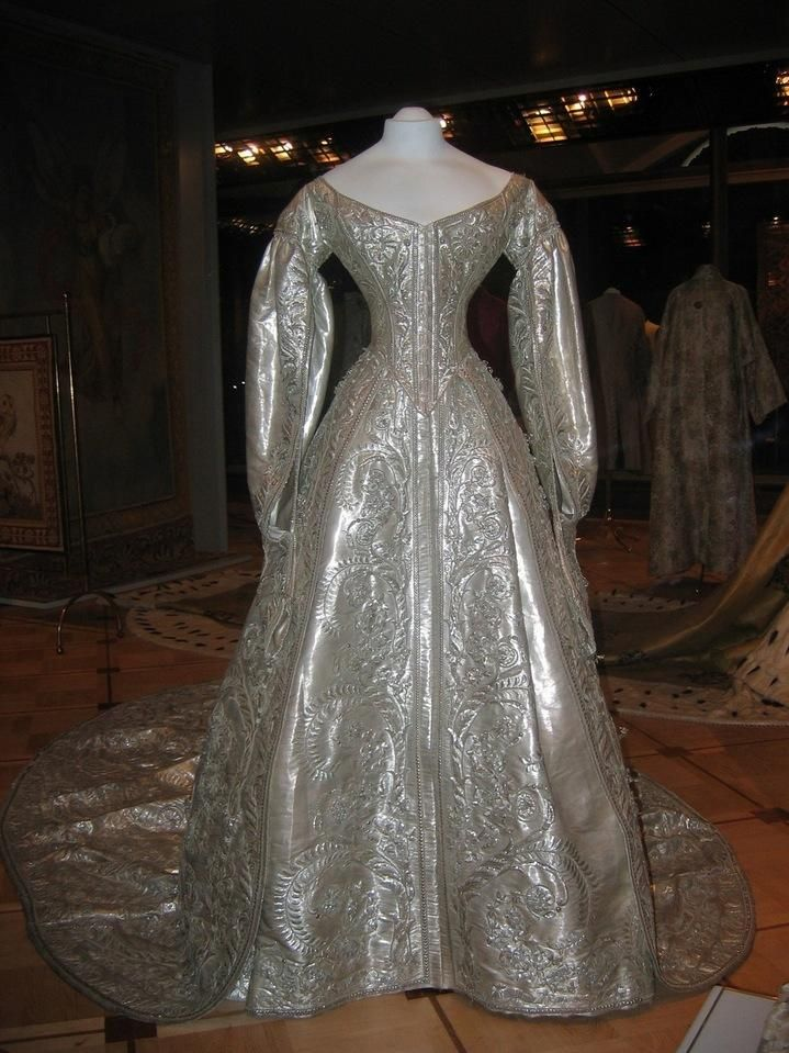 1883 Coronation dress of Marie Feodorovna APFxkatmaxoz 9Apr11