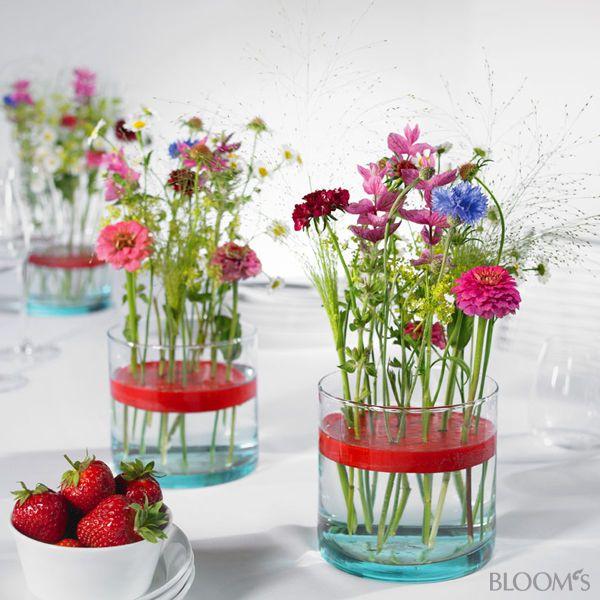 Tischdeko frühlingsblumen hochzeit  Blumengestecke: Ideen für eine bunte Tischdeko mit Wachs ...