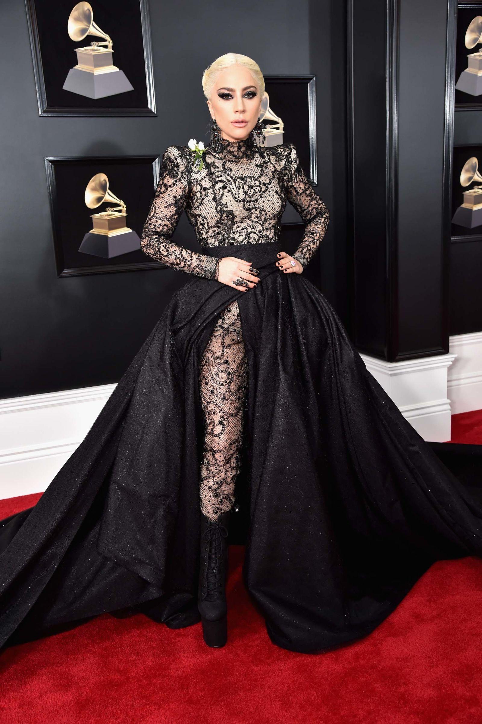 e67e21f94 Los Grammy 2018 se vistieron con rosas blancas | mother monster ...