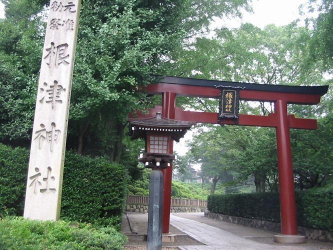千本鳥居と聞いて一番に思い浮かべるのはおそらく京都にある伏見稲荷大社だと思います でも 東京にも千本鳥居がある神社があるってご存知でしたか 京都に行かなくても伏見稲荷大社に行った気持ちになれる 根津神社 をご紹介したいと思います 神社 鳥居 伏見