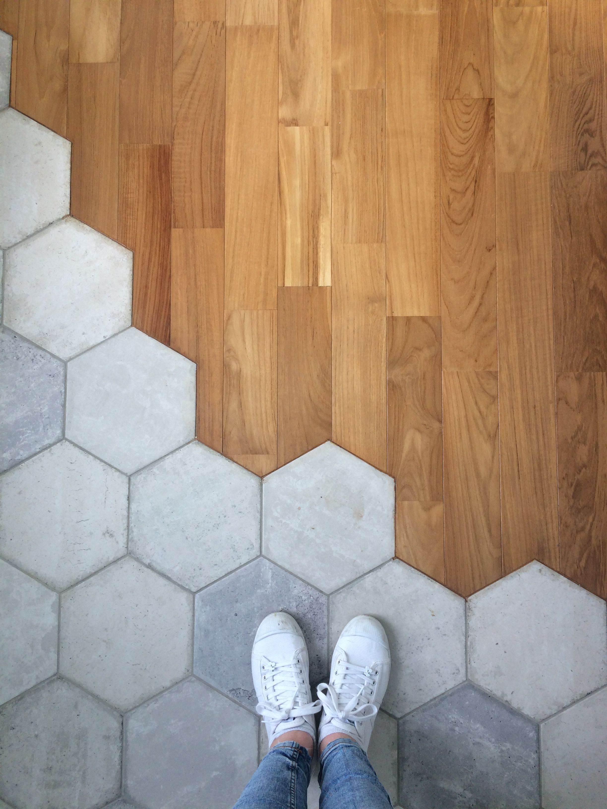 Démarcation sol, carreaux de ciment hexagonaux et parquet dans salle d'eau pour ident ...
