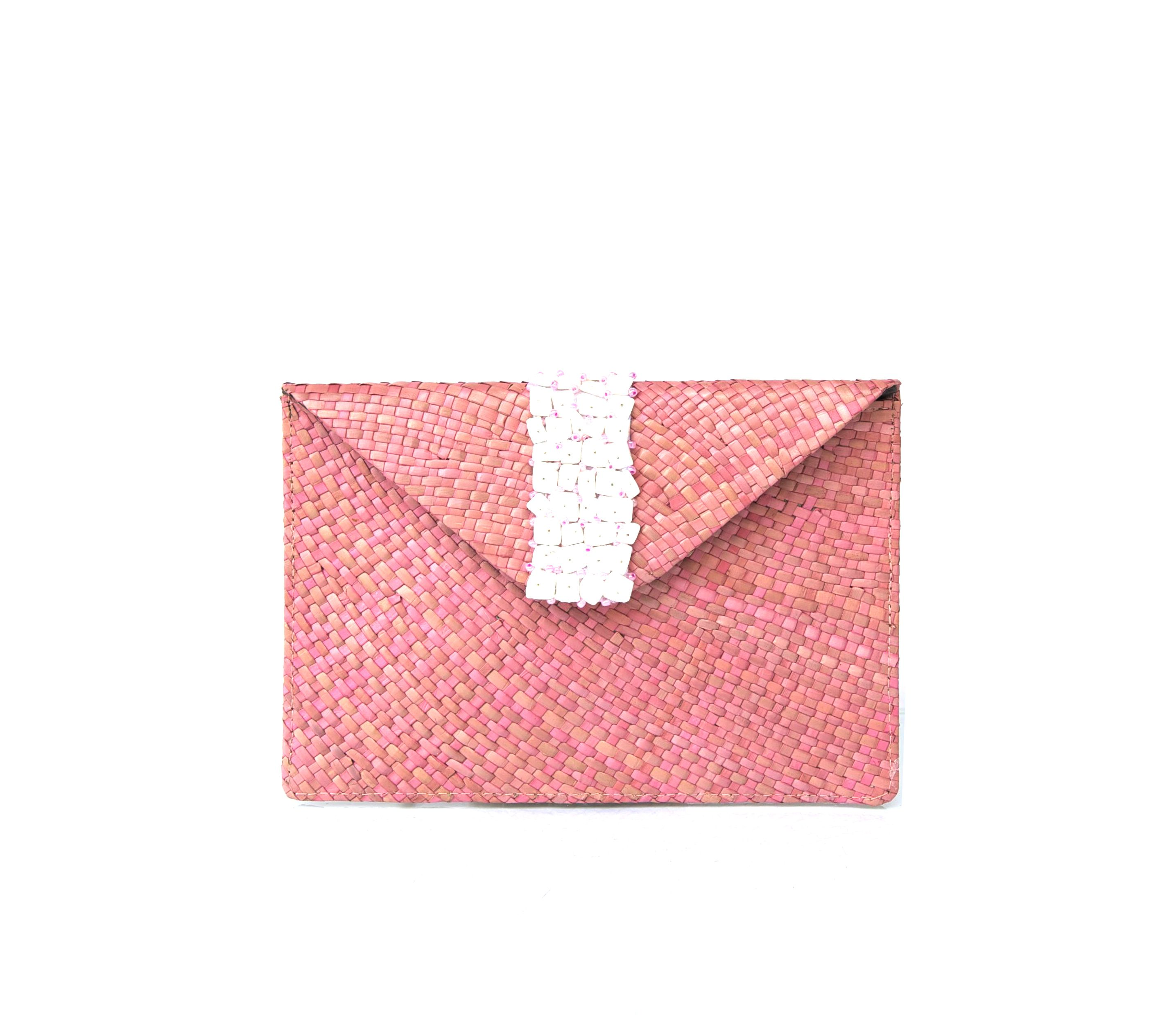 Straw clutch w/ paillettes shells. #pink #clutch #shell #straw