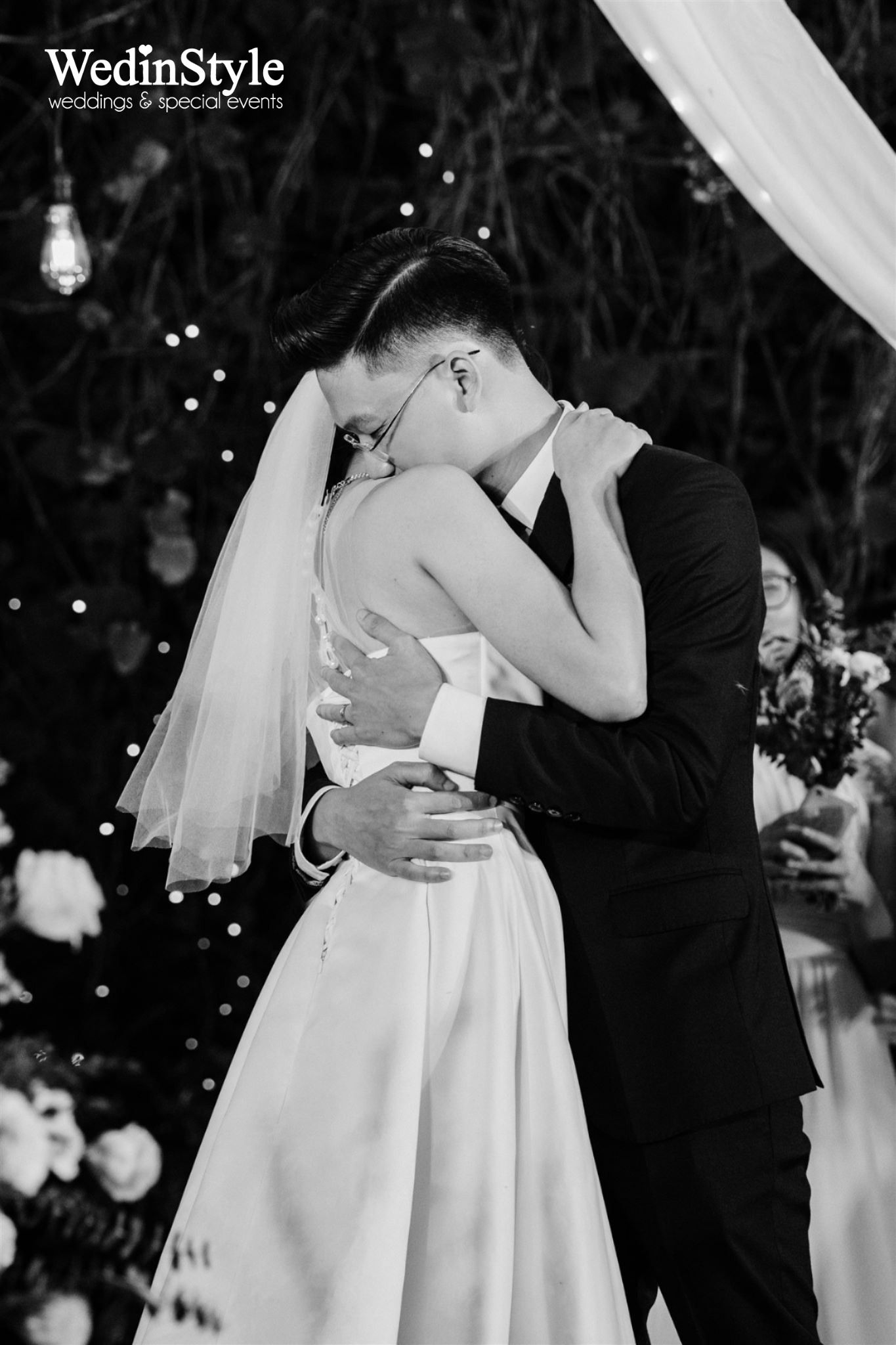 Black And White Wedding Photo Of Groom Hugging The Bride Trong 2020