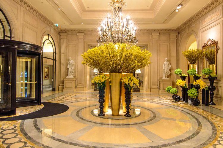 Travel tag four seasons hotel george v paris hotel for Hotel lobby decor
