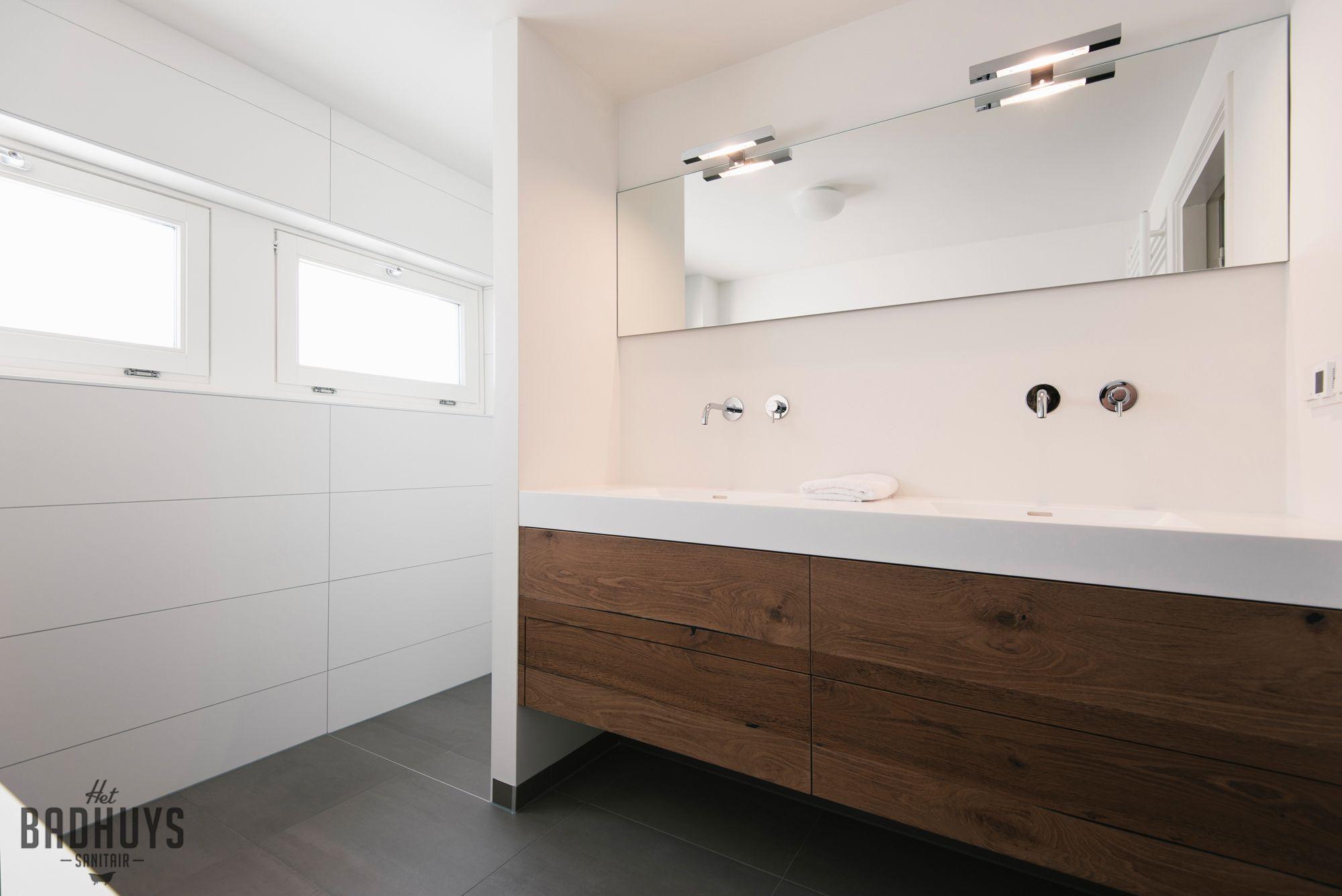 Moderne badkamer met meubel vervaardigd uit corian en robuust hout ...