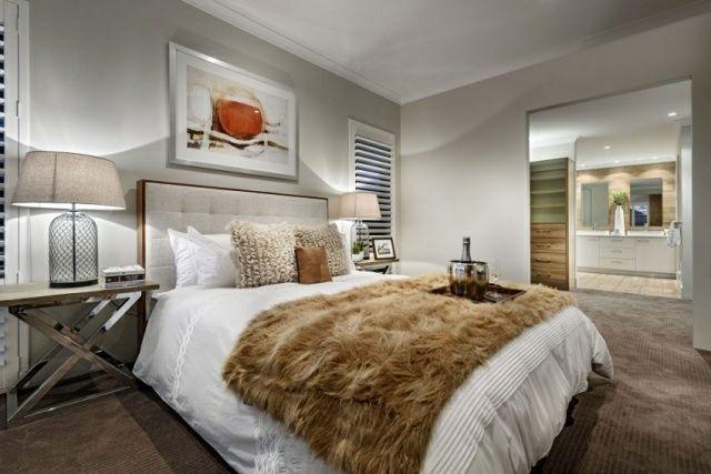 Tagesdecke schlafzimmer ~ Grelle farben im schlafraum glasrahmen fell tagesdecke wohnideen
