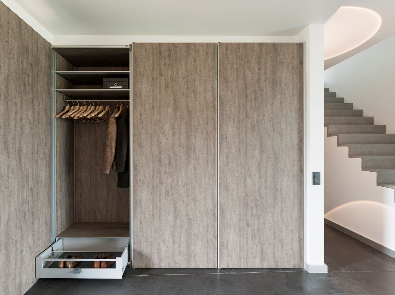 Moderne ingemaakte vestiaire kast. http://www.anywaydoors.be ...