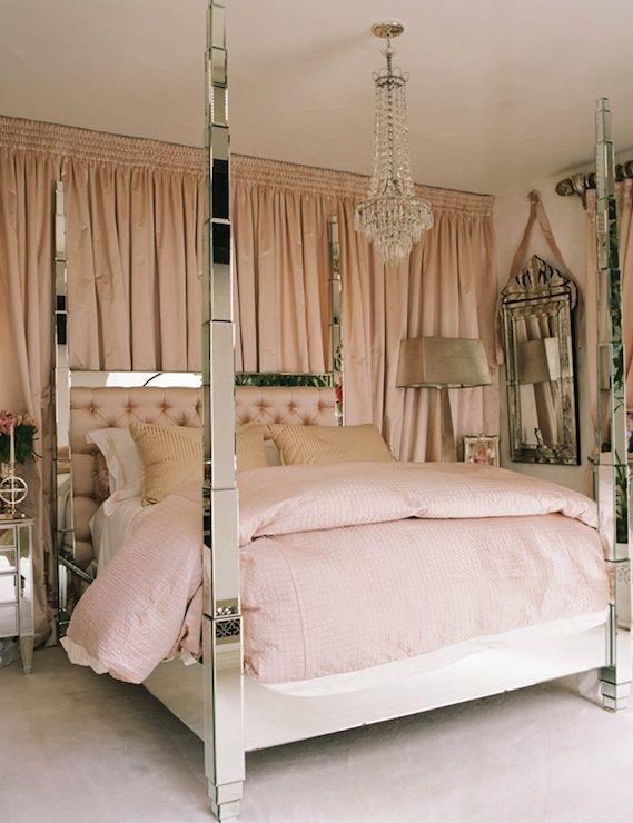 Un Lit De Type Baldaquin En Miroir Et Une Deco Tout En Rose Pourde