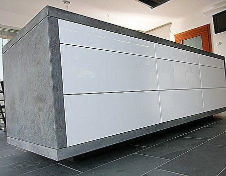 Grifflose Kücheninsel, hochglanz weiß, mit Betonarbeitsplatte ...