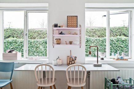 Mix van retro en scandinavische meubels in de kinderkamer van
