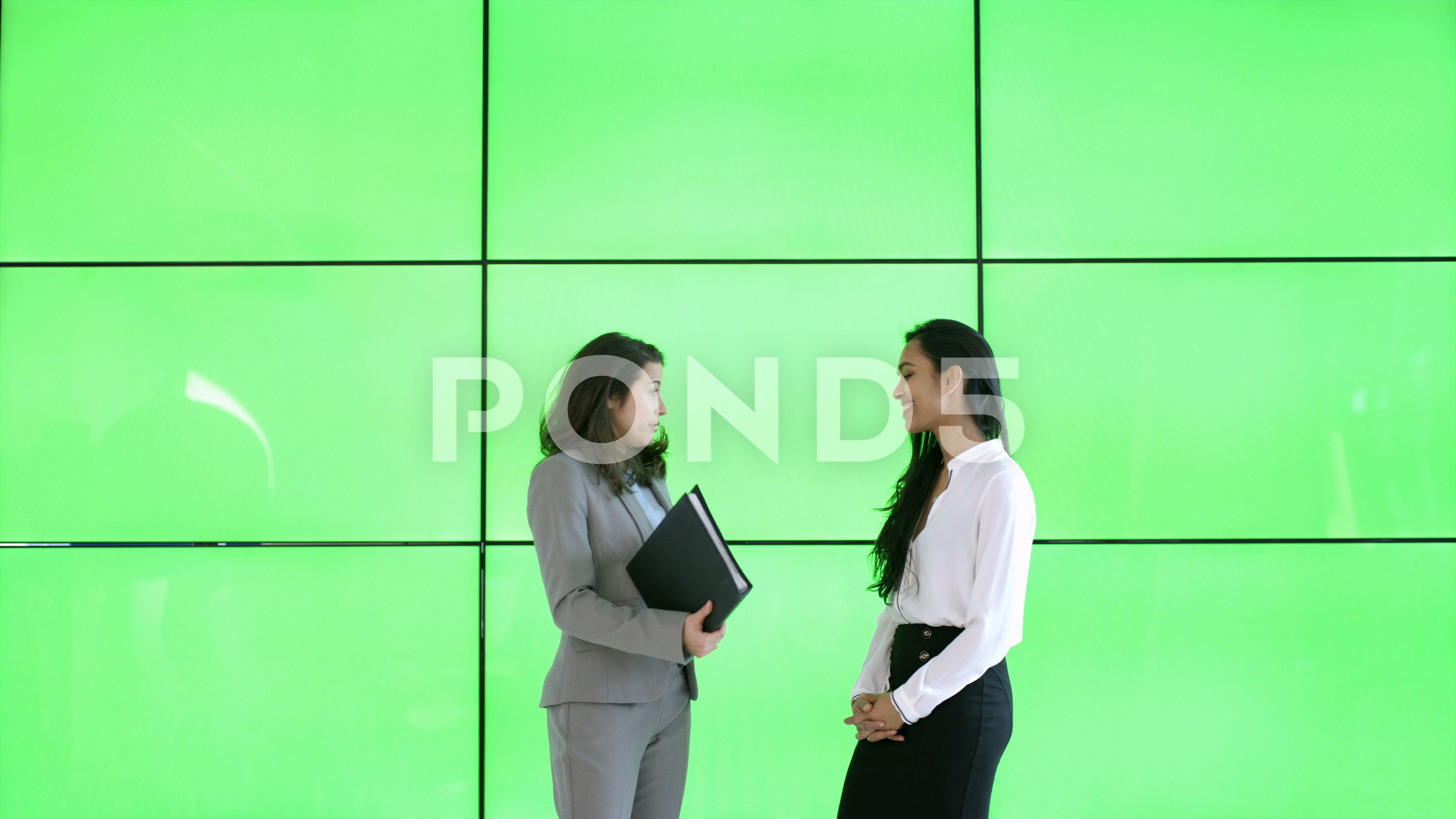 4k Businesswomen In Discussion In Modern Office With Green Screen