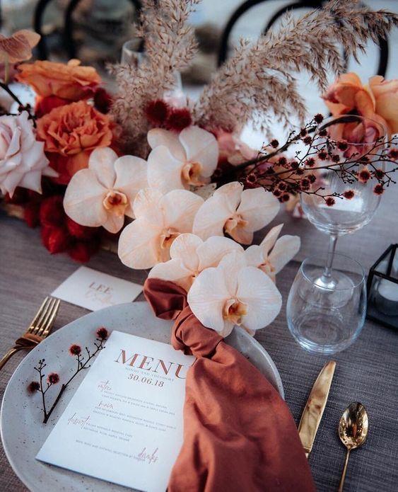 Un mariage terracota, allant des fleurs, à la papeterie et aux détails de la t…