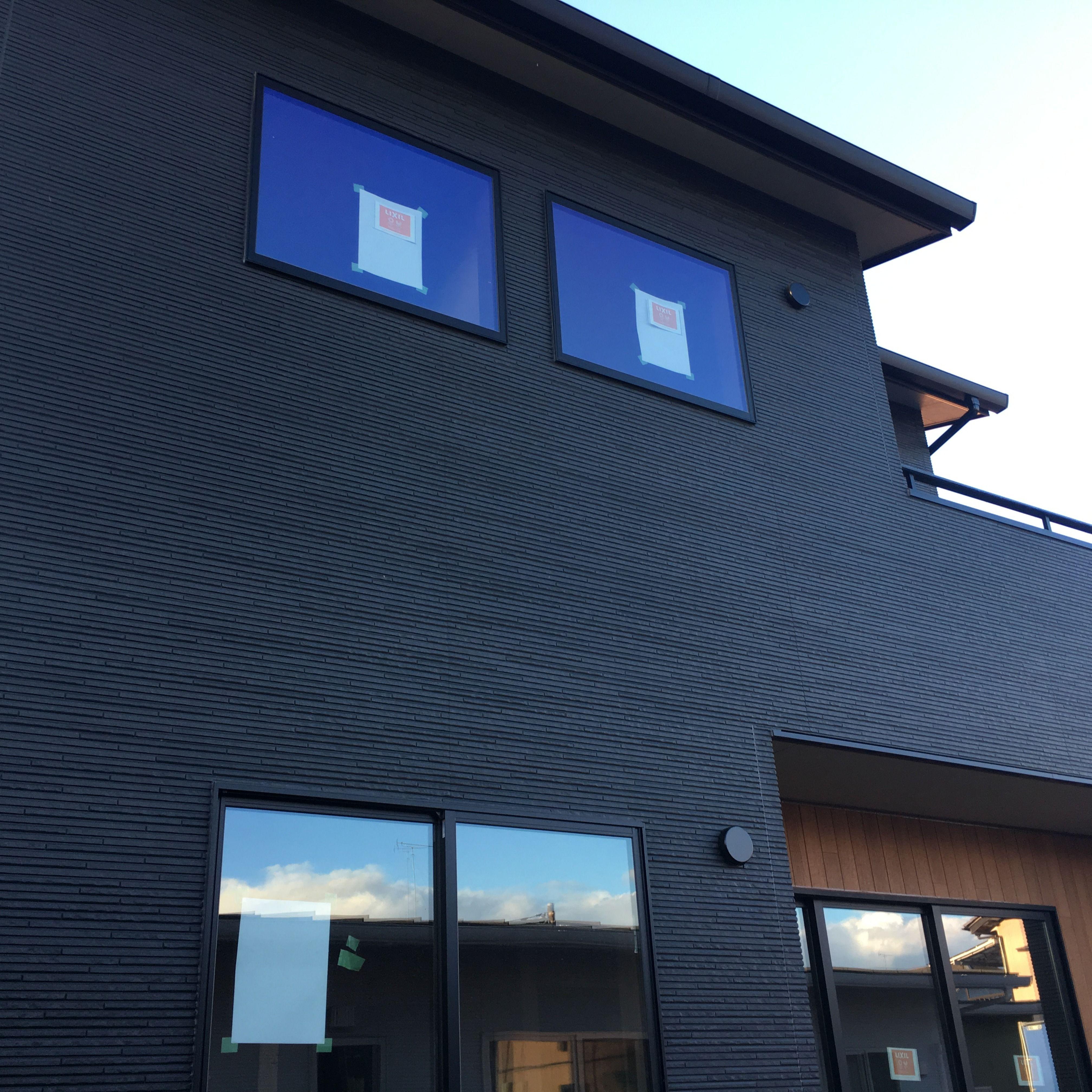 ブラックのガルバリウムとウッドデッキが素敵なお家 新築一戸建て 完成