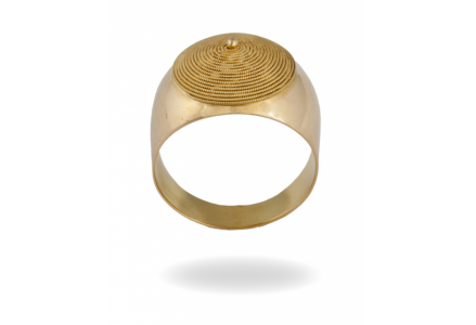 """Anello in oro su lastra bombata con motivo denominato """"corbula"""", filo di filigrana a spirale e pallino sulla sommità."""