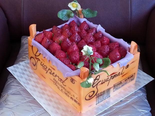 Bednička marcipánových jahod (vanilkový korpus, jahodový krém a krém s vaječným koňakem, marcipán)