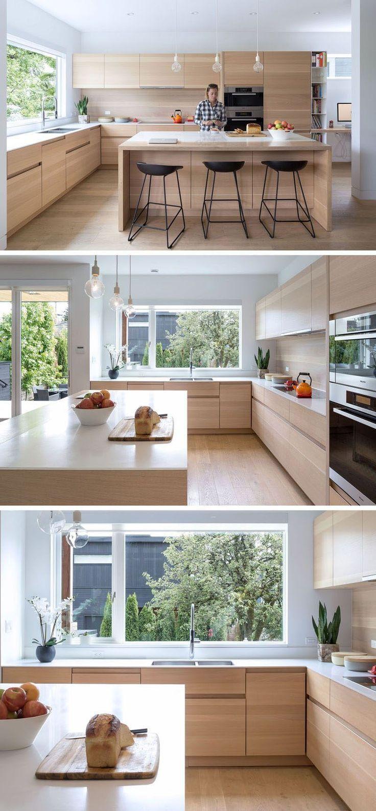 Photo of Una grande finestra in questa cucina offre molta luce del giorno