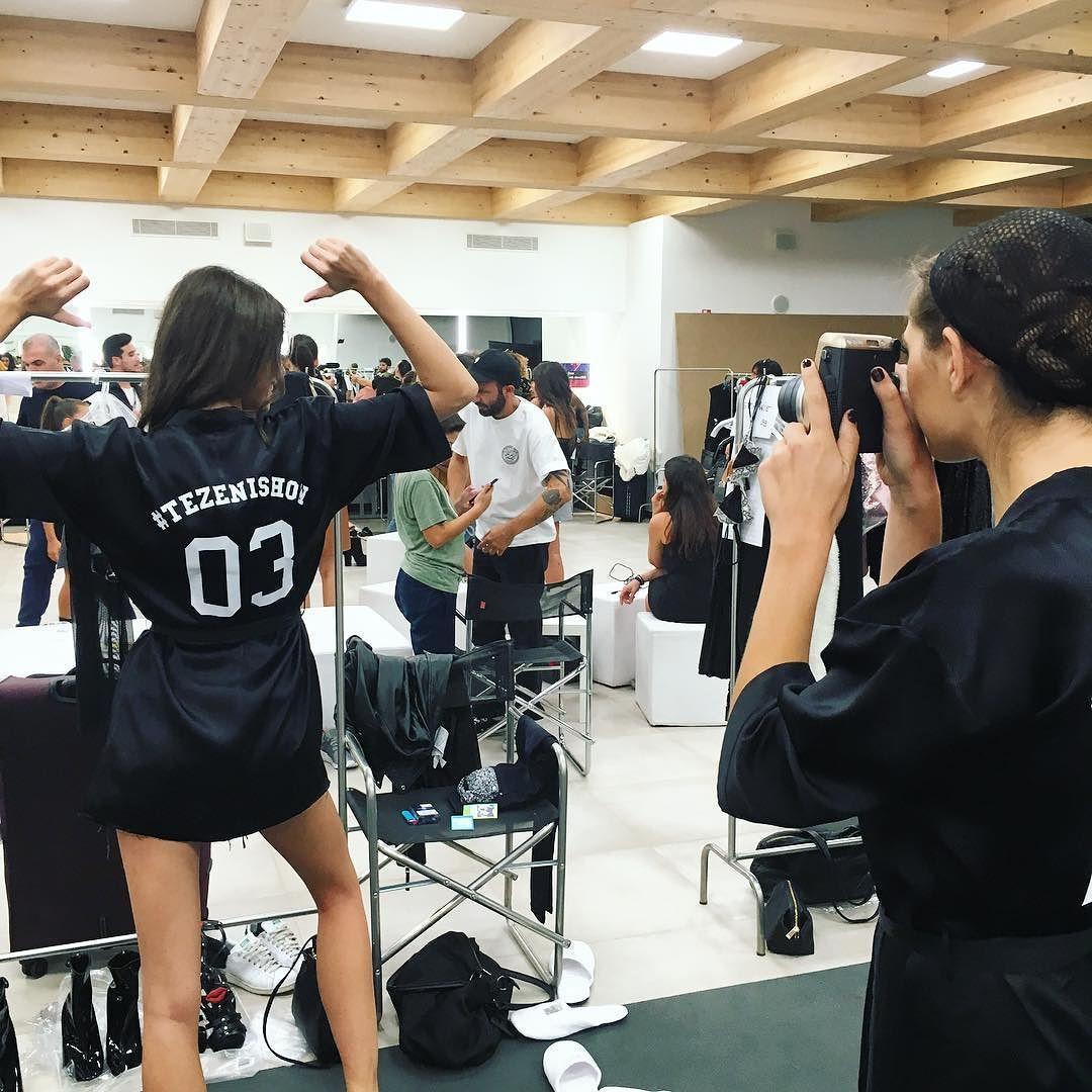Modelos jugando con su @instaxcamara en el #backstage del #tezenishow @tezenisofficial #fashionshow #instax #fujifilm #fuji #fujiinstax #cute #models #funfashion #tezenis #fashion