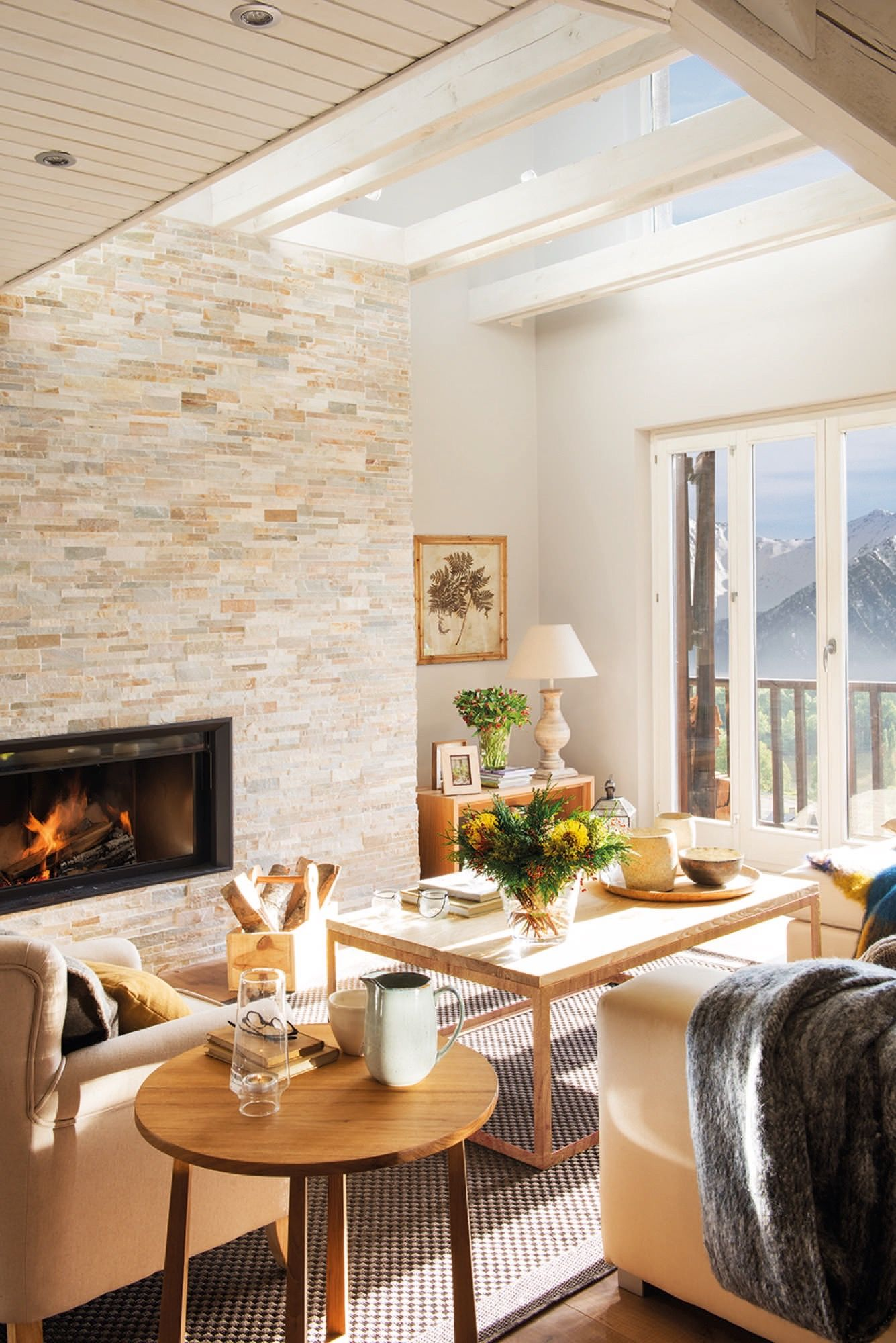 salon con chimenea en un piso de monta a casas de campo