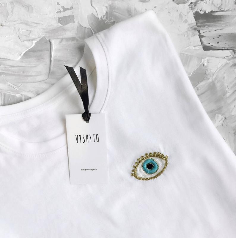 T-shirt pour femme à oeil turquoise, t-shirt blanc brodé à la main, cadeau de jour de mère, chemise peu commune, cadeau pour elle, cadeau de jour de Valentine