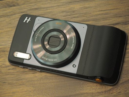 Hasselblads True Zoom Mod turns the Moto Z into a camera with agiant viewfinder