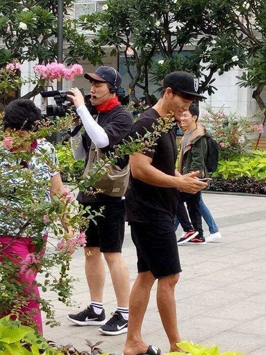 HOT: Kim Jong Kook bất ngờ có mặt tại phố đi bộ Nguyễn Huệ cùng mẹ