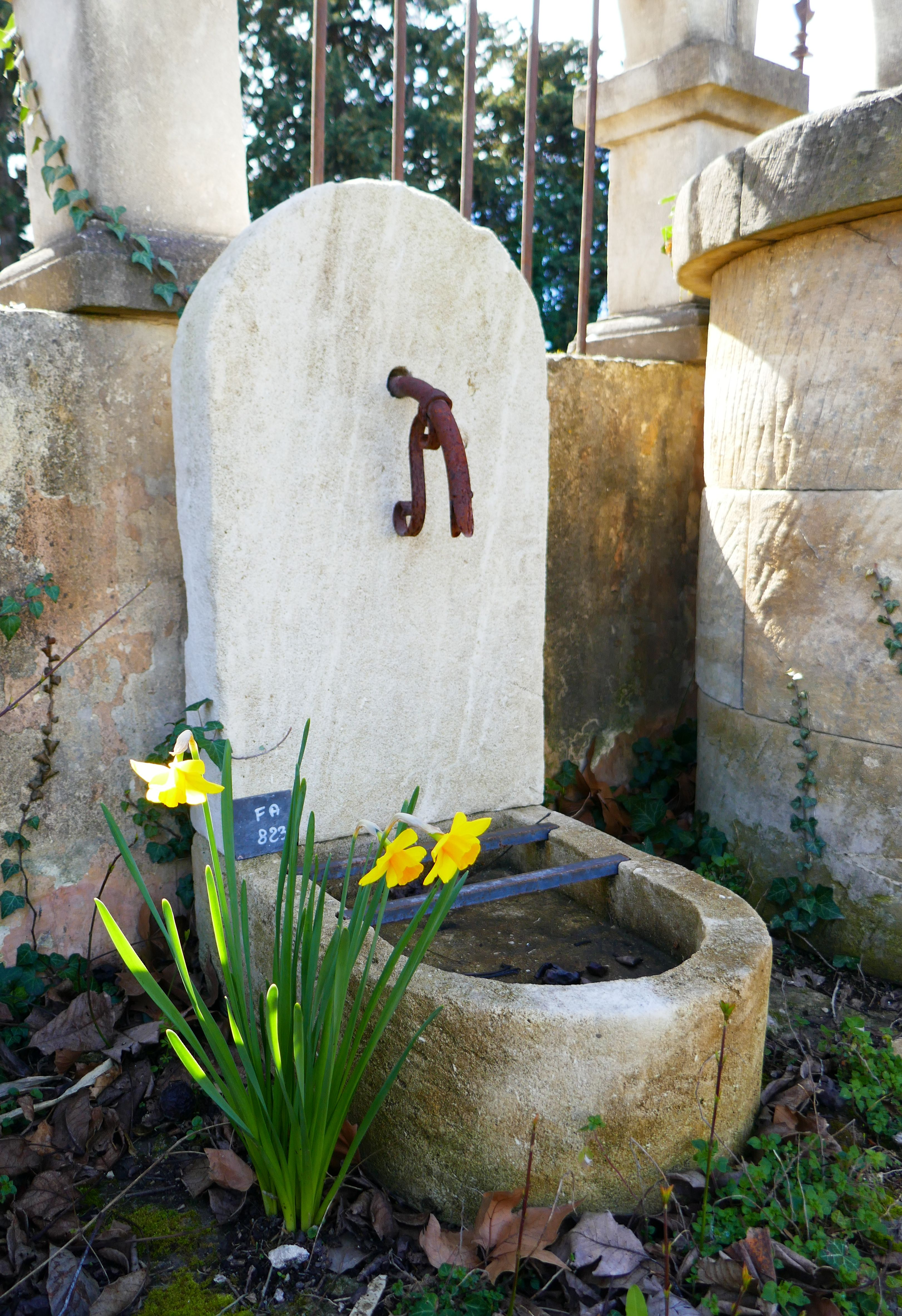 Petite fontaine de jardin en pierre naturelle de type borne à eau ...