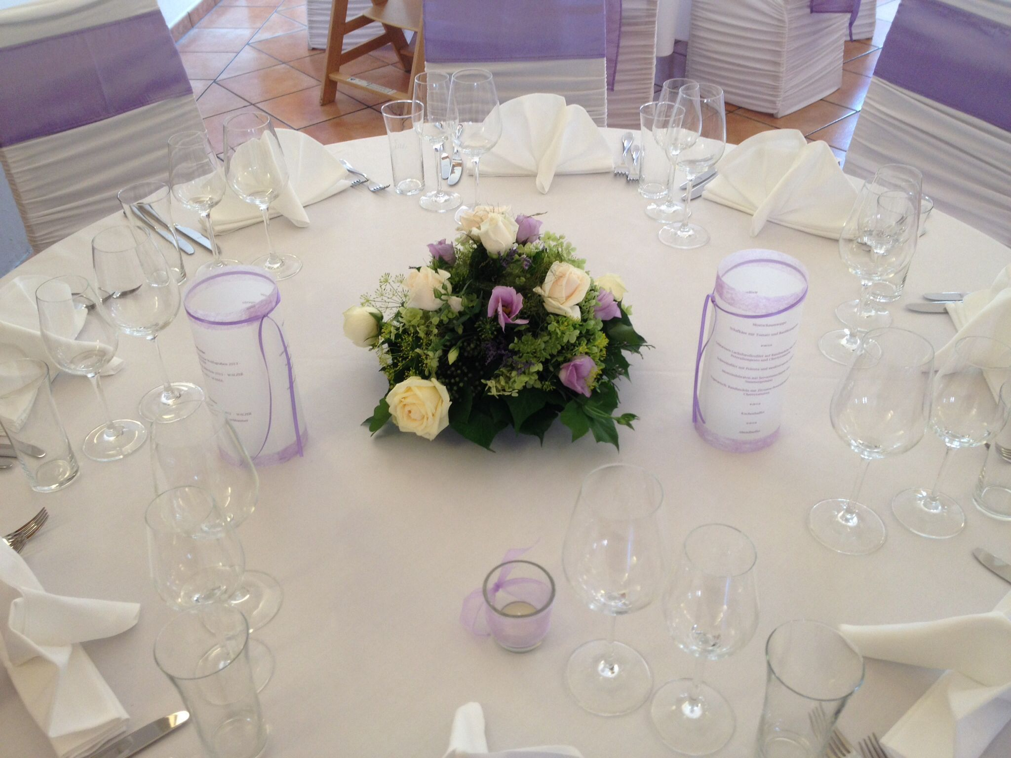 Tischdekoration in weiß und lila Serviette in Fächerform
