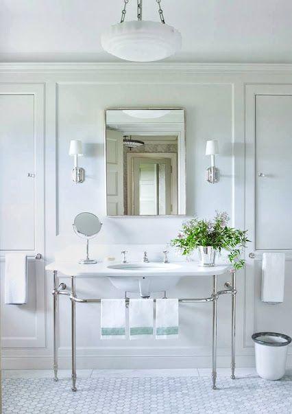 Des matériaux intemporels qui donnent à cette salle de bain un effet