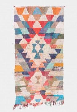 Marokon berberipaimentolaisten perinteiset vintagematot sekä klassisten berberimattojen värikkäät kierrätysmateriaaleista kudotut pikkusisarukset