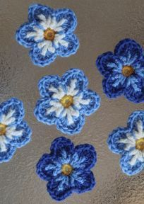 "I really like the look of these forgot-me-not flowers. not sure if the ""back circle (first row in blue)"" is necessary. Ill try it without. Free crochet pattern. ༺✿ƬⱤღ http://www.pinterest.com/teretegui/✿༻"