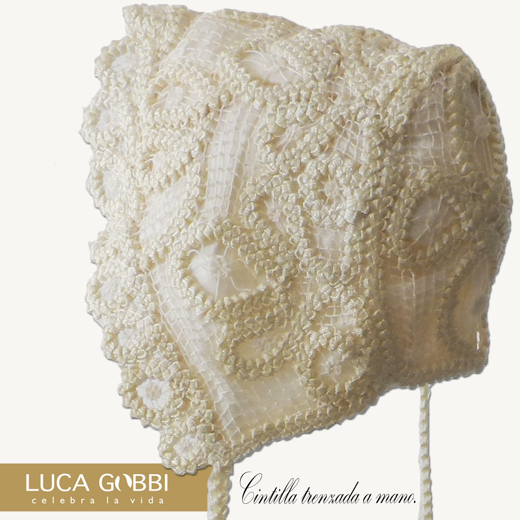 Hermoso gorrito de cintila trenzada a mano para  ropones de bautizo. Visita nuestra tienda en Línea→ www.lucagobbi.com #Accesorios #Bautizo