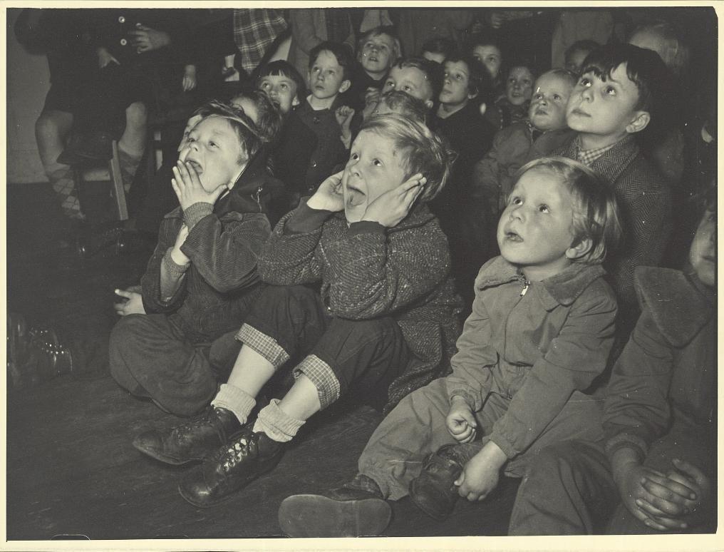 Erich Andres (1905 -1992) Kinder schauen einen Film, 1945/1955