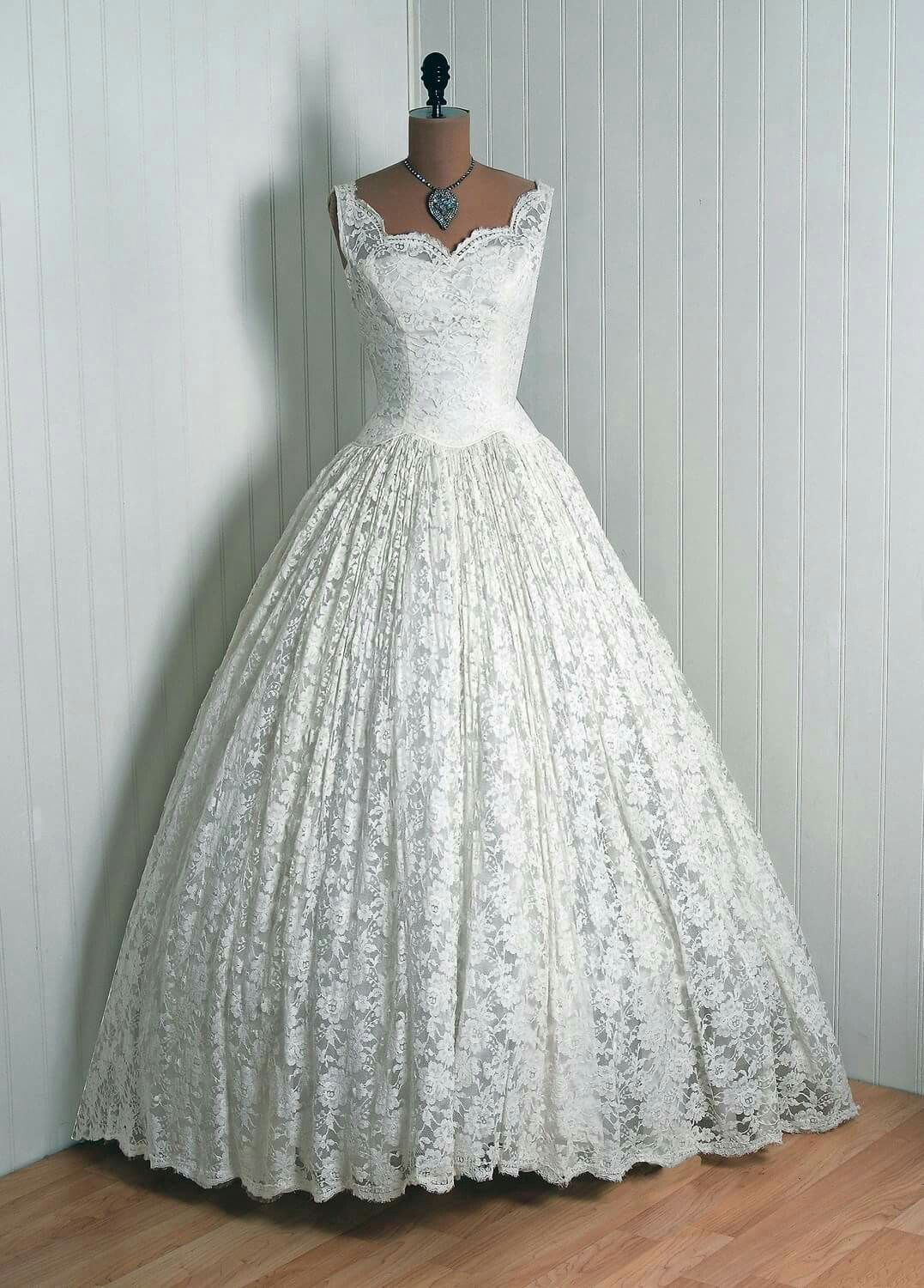 Wedding dress from the 1950s. (via timeless vixen) Yay or nay?
