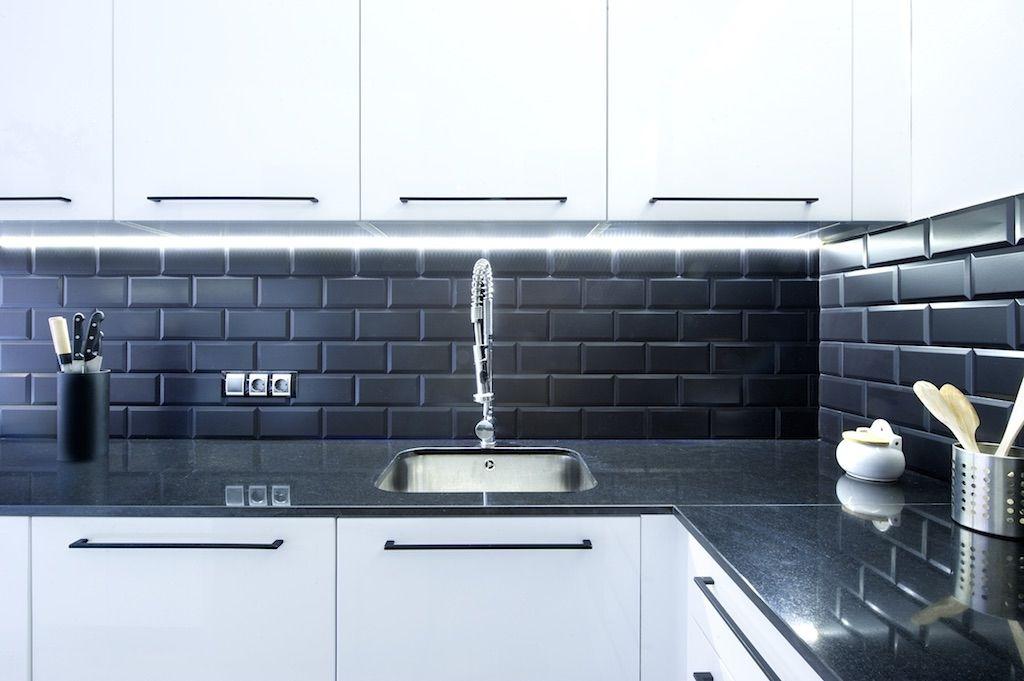 Una Distribucion Inteligente En 75 M2 Decorabien Com Revestimiento Cocina Cocinas Negras Cocina Azulejos Blancos