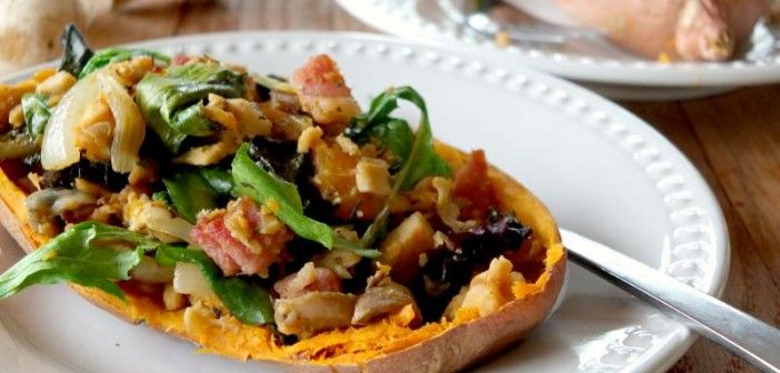 Csirke és bacon saláta édesburgonya hajón (Paleo)
