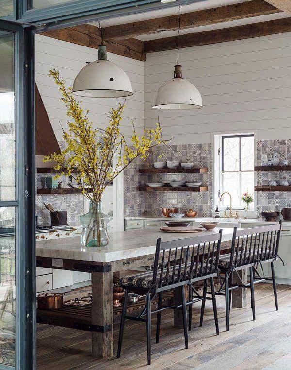 Cocina de estilo rústico con un forntal de azulejo maravilloso