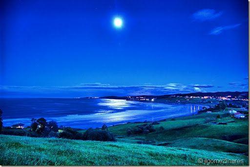 La playa de Oyambre bajo la luna, Santander, Spain